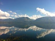 Specchio del lago Singkarak fotografie stock libere da diritti