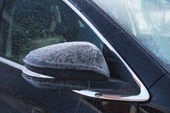 Specchio di automobile di SUV coperto di gelo fresco immagine stock libera da diritti