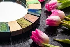 Specchio di interior design fatto a mano nel telaio di legno con il mazzo dei tulipani della molla Fotografia Stock