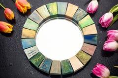 Specchio di interior design fatto a mano nel telaio di legno con il mazzo dei tulipani della molla Fotografie Stock
