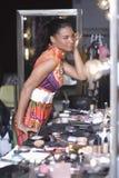 Specchio di modello dello spogliatoio di Applying Makeup In Immagine Stock Libera da Diritti