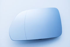 Specchio di vista laterale dell'automobile su fondo blu pulito Fotografia Stock