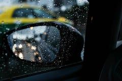 Specchio e gocce di pioggia laterali sulla strada fotografia stock