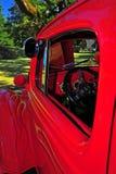 Specchio laterale dei retro autisti di camion rossi fiammeggiare Fotografia Stock