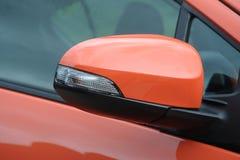 Specchio laterale dell'automobile in una fine su fotografie stock libere da diritti