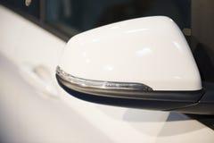 Specchio laterale dell'automobile in una fine su Immagine Stock