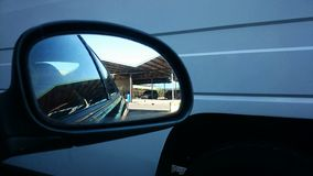 Specchio laterale della destra dell'acqua del nero dell'automobile Fotografia Stock