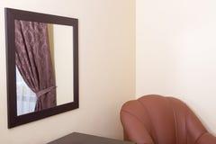 Specchio nella sala con la riflessione Fotografia Stock Libera da Diritti
