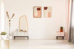 Specchio sul gabinetto e sulla pianta bianchi in interi luminoso dello spogliatoio Fotografie Stock