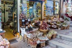 Specerihandlaren shoppar i Taormina på ön Sicilien, Italien royaltyfria foton