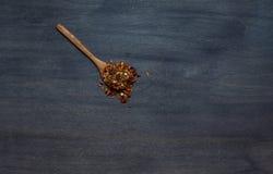 Specerij op houten lepel royalty-vrije stock fotografie