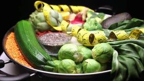 specerij in zilveren pan voor veganist, het schone eten en ruw dieet stock footage