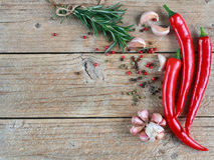 Specerijen en kruiden - rozemarijn, knoflook, roze en zwarte peper, Spaanse pepers Stock Afbeeldingen