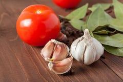 Specerijen en tomaten op een houten lijst Royalty-vrije Stock Foto's