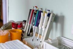 Speciaal, medische apparatuur, reageerbuizen In het Laboratorium Het werk van een arts royalty-vrije stock afbeelding