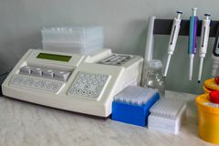 Speciaal, medische apparatuur, reageerbuizen In het Laboratorium Het werk van een arts stock afbeeldingen