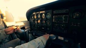 Speciaal paneel met knopen en monitors binnen een cockpit van een vliegtuig Cockpitmening stock footage