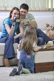 Specialögonblick för lycklig familj på videoen Fotografering för Bildbyråer