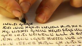Special écrivant un Torah-livre. banque de vidéos