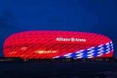 Special belysning för Allianz arena för den 118. födelsedagen för FC Bayern Munich Royaltyfria Bilder