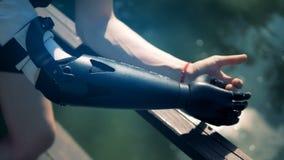 Special bionisk protes, slut upp Den rörelsehindrade personen bär en modern robotic hand stock video