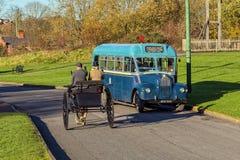 Special buss 1953 för grabbGS som passerar en häst och en fälla Arkivbild