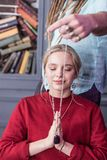 Special halsband som är främst av kvinnans framsida royaltyfri bild
