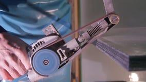 Special maskin för polerande exponeringsglas Malande exponeringsglas manuellt polerande exponeringsglas för anställd Special utru Royaltyfria Foton