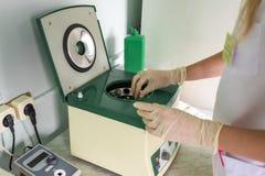 Special medicinsk utrustning, provrör I laboratoriumet Arbetet av en doktor arkivbild