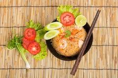 Special räka stekte ris i svart kopp Arkivfoton