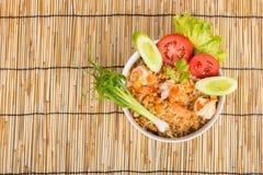Special räka stekte ris i svart kopp Arkivbild