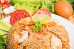 Special räka stekte ris på den vita maträtten Arkivfoton