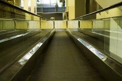 Special rulltrappa i den moderna gallerian för folk med Royaltyfria Bilder