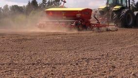 Special utrustningspridninggödningsmedel på fältjord i höst stock video