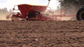 Special utrustningspridninggödningsmedel på kultiverad fältjord lager videofilmer