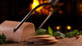 Speciala knivsnitt av foiegras på ett träbräde stock video
