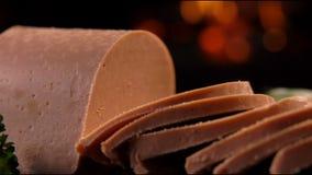Speciala knivsnitt av foiegras på ett träbräde