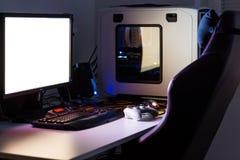 Specialbyggd skrivbords- dator för att spela på tabellen med styrspaken, bildskärm, tangentbord, stol under lågt ljus Selektivt f Royaltyfria Foton