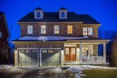 Specialbyggt lyxigt hus i förorterna på skymning Toronto Kanada Arkivbilder
