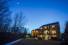 Specialbyggt lyxigt hus i förorterna på skymning Toronto Kanada Fotografering för Bildbyråer