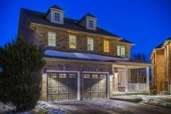 Specialbyggt lyxigt hus i förorterna på skymning Toronto Kanada Arkivfoto