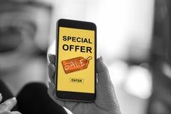 Speciale aanbiedingconcept op een smartphone stock afbeelding