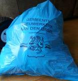 Speciale afvalzak die in het hol IJssel van Nieuwerkerk aan voor al niet organisch afval moet worden gebruikt stock foto