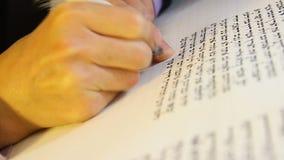 Speciale che scrive un Torah-libro. Metodo abile e molto raro. stock footage