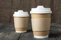 Speciale container-thermosflessen voor koffie, op oude houten oppervlakte Royalty-vrije Stock Afbeeldingen