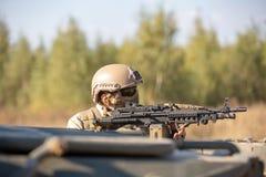 Speciale krachten, het geweer van de militairaanval met knalpot, optisch gezicht achter dekking die in hinderlaag wachten royalty-vrije stock foto