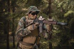 Speciale krachtenmilitair die in het bos streven Stock Foto's