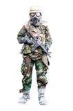 Speciale krachtmilitair die gask masker met geweer status dragen Stock Foto