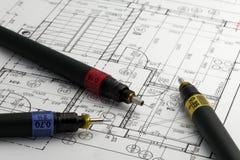 Speciale pennen voor architect op een architectenplan Stock Foto's