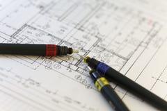 Speciale pennen voor architect op een architectenplan Stock Fotografie